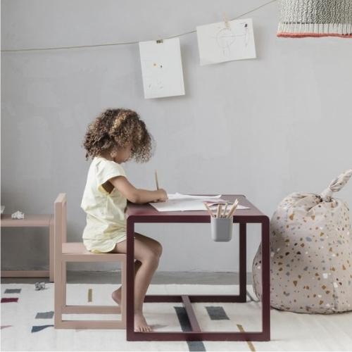 Biurka i krzes³a biurkowe